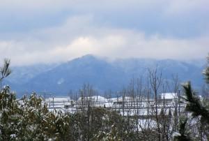裏六甲の山上は雲がかかり雪が降っているのでしょうか?