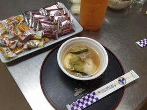お雑煮にお菓子にジュースで新年会を祝いました。